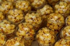 美妙地安置在塑料杯子的玉米花 不健康的食物或快餐概念 鲜美咸玉米花 碳水化合物食物 ?? 免版税库存图片