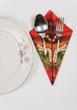 美妙地投入欢乐桌布局的餐巾 库存图片