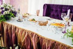 美妙地服务的桌在餐馆 衣物夫妇日愉快的葡萄酒婚礼 免版税库存照片