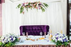 美妙地服务的桌在餐馆 衣物夫妇日愉快的葡萄酒婚礼 库存图片