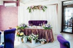 美妙地服务的桌在餐馆 衣物夫妇日愉快的葡萄酒婚礼 库存照片