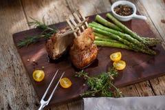 美妙地烤羊羔肋骨剁牛排,半生半熟 免版税库存图片