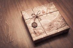 美妙地被包装的小包在包装纸和栓与绳索 免版税库存图片