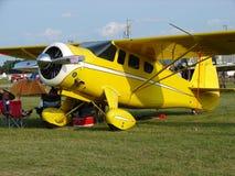 美妙地被恢复的古色古香的霍华德DGA运输飞机 库存照片