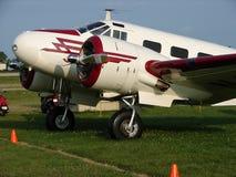 美妙地被恢复的葡萄酒Beechcraft模型18企业运输 图库摄影