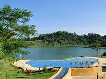美妙地被找出的游泳池有河视图 库存照片