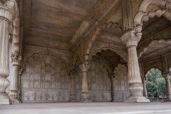 美妙地被雕刻的柱子在德里红堡在新德里, 库存图片