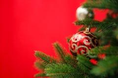 美妙地装饰的圣诞树颜色背景,特写镜头 免版税库存图片
