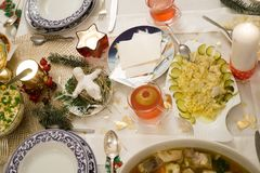 美妙地装饰的圣诞节桌 免版税库存图片