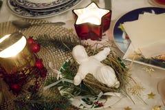 美妙地装饰的圣诞节桌 库存照片