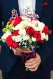美妙地装饰的婚姻的花束白色和红色 免版税库存照片