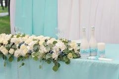 美妙地装饰的婚姻的桌 免版税库存照片