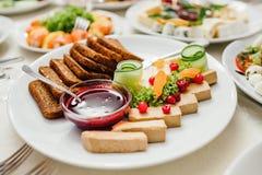 美妙地装饰的承办的宴会桌用另外食物 免版税库存照片