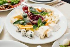 美妙地装饰的承办的宴会桌用另外食物 免版税库存图片