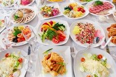 美妙地装饰的承办的宴会桌用另外食物 库存照片