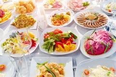 美妙地装饰的承办的宴会桌用另外食物 图库摄影