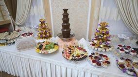 美妙地装饰的承办的宴会桌用在公司圣诞节生日聚会事件或婚姻的另外食物 影视素材