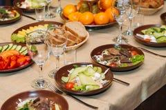 美妙地装饰的承办的宴会桌 免版税库存图片