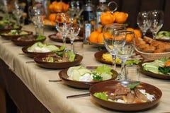 美妙地装饰的承办的宴会桌 免版税图库摄影