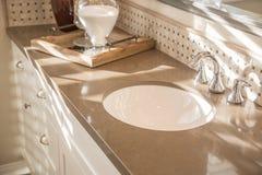 美妙地装饰的新的现代家庭卫生间水槽,龙头和 免版税图库摄影