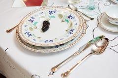 美妙地装饰的桌设置了与花、蜡烛、板材和餐巾婚姻或另一个事件的在 库存照片