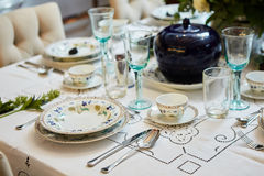 美妙地装饰的桌设置了与花、蜡烛、板材和餐巾婚姻或另一个事件的在 库存图片