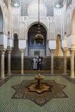 美妙地铺磁砖的内部和喷泉其中一个法院在Moulay伊斯梅尔陵墓在梅克内斯,摩洛哥 免版税图库摄影