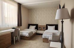 美妙地任命的卧具细致的旅馆内部空间 免版税库存照片