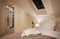 美妙地任命的卧具细致的旅馆内部空间 免版税图库摄影