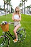 美妙女性摆在与经典自行车户外 免版税图库摄影