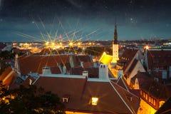 美妙的中世纪城市在晚上 库存图片