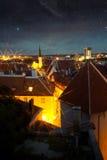 美妙的中世纪城市在晚上 图库摄影