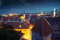 美妙的中世纪城市在晚上 库存照片