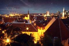 美妙的中世纪城市在晚上 免版税库存照片