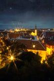 美妙的中世纪城市在晚上 免版税库存图片