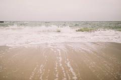 美妙的冰冷的海滩在冬天 黑色海岸克里米亚海运海浪乌克兰 库存图片