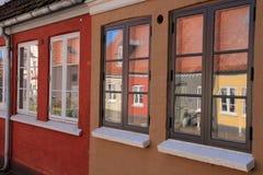美妙的反射在窗口里在城市欧登塞在丹麦 免版税库存图片