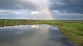 美妙的在镇静湖反映的彩虹和蓝色云彩 影视素材