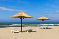 美妙的夏天海滩和伞由秸杆制成 库存图片