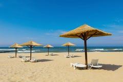 美妙的夏天海滩和伞由秸杆制成 库存照片