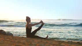 美妙的夫人在橙色沙滩思考做瑜伽 股票视频