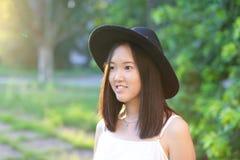 美妙的女性帽子亚洲人日落 免版税库存图片
