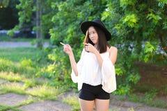 美妙的女性帽子亚洲人 免版税库存图片