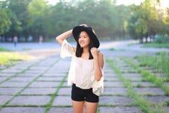 美妙的女性帽子亚洲日落快乐的情感笑声跳舞 库存图片