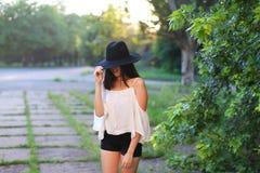 美妙的女性帽子亚洲日落快乐的情感笑声跳舞 图库摄影