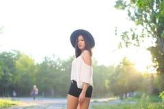 美妙的女性帽子亚洲日落快乐的情感笑声 免版税库存照片