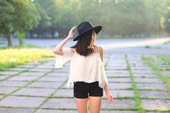美妙的女性帽子亚洲日落快乐的情感笑声 免版税库存图片