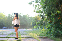 美妙的女性帽子亚洲日落快乐的情感笑声 库存图片