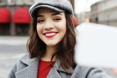 美妙的女性模型画象与明亮的构成的表达能量在好日子 免版税图库摄影