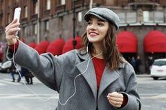 美妙的女性模型画象与明亮的构成的表达能量在好日子 免版税库存照片